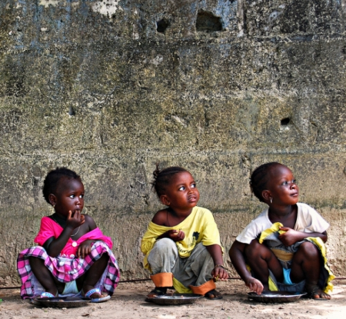 La hora de comer: Meal time at a nursery school in The Gambia. Licensed under Creative Commons BY-NC-ND 2.0.