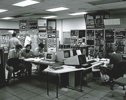 Old photo of professors Tom Clegg and Hugon Karwowski in the lab with their students during the 1980s, conducting a tandem accelerator experiment.